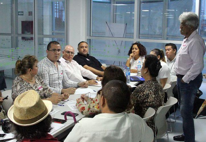 Más de 50 periodistas y defensores de los derechos humanos participaron en el primer foro. (Joel Zamora/SIPSE)