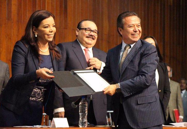 Carolina Monroy del Mazo y Jorge Carlos Ramírez Marín entregaron la constancia a César Camacho Quiroz como nuevo coordinador parlamentario del PRI. (Foto tomada del Facebook de César Camacho)