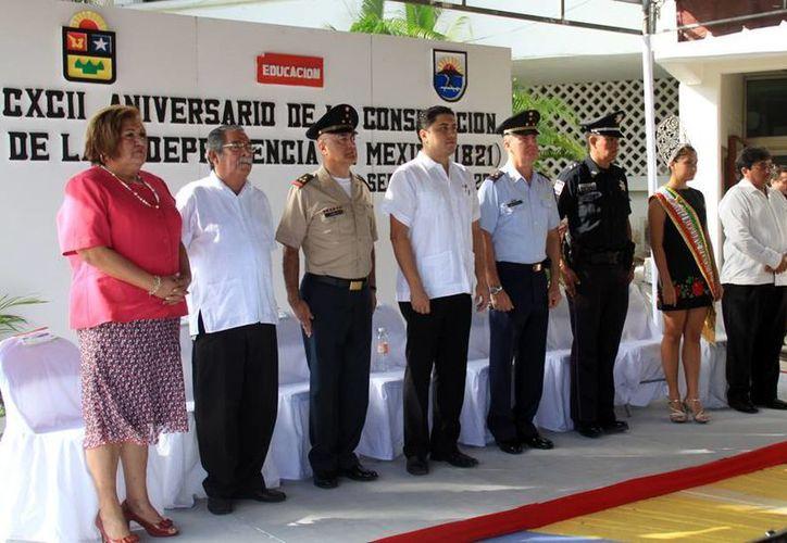 Las autoridades civiles y militares durante la ceremonia cívica. (Cortesía/SIPSE)