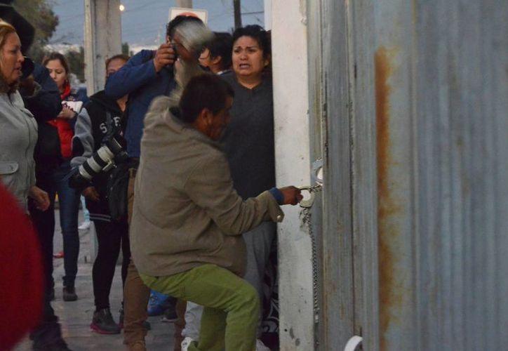 Los familiares de los reos han intentado entrar a la fuerza a las instalaciones del penal de Topo Chico para saber qué pasó con sus familiares tras el motín que dejó 52 muertos. (Agencias)