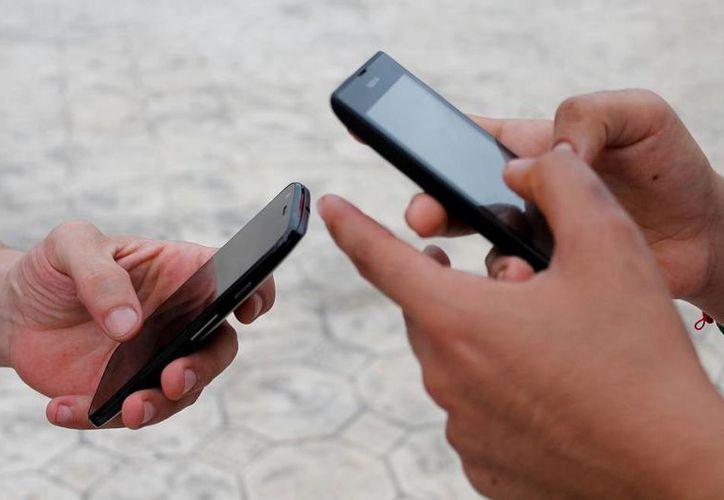 En 2016, el Gobierno federal pretende conectar a internet a más de mil 500 sitios públicos de Yucatán. En la actualidad, la mayoría de los usuarios se conectó con un smartphone (foto). (Archivo/NTX)