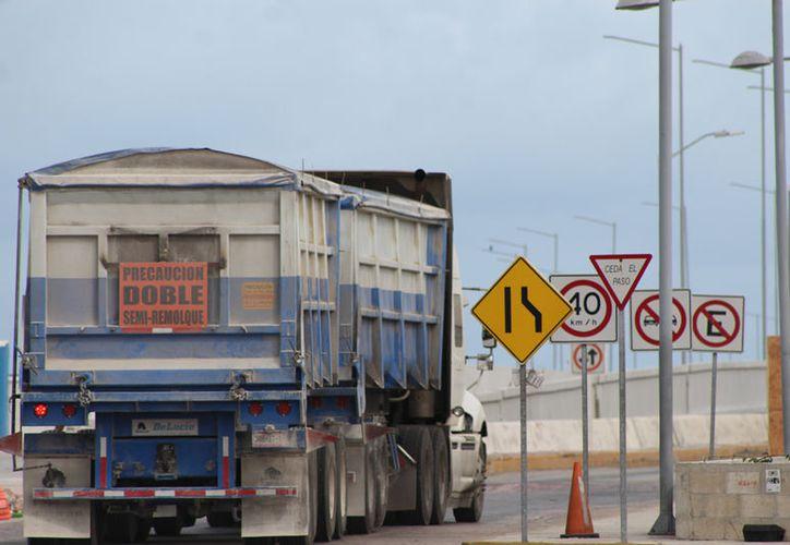 El comercio exterior no se ha frenado a pesar de las amenazas del presidente Donald Trump. La imagen, de un camión entrando al puerto de Altura de Progreso, está utilizada como contexto. (Gerardo Keb/SIPSE)