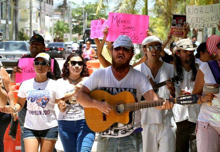 Ayer un grupo de manifestantes protestaron con música y pancartas contra las añadiduras a la ley de telecomunicaciones.  (Adrián Monroy/SIPSE)