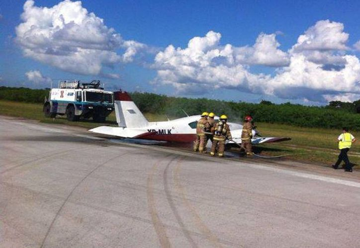 Imagen del rescate de una avioneta Piper-23 que tuvo problemas mecánicos y tuvo que aterrizar de emergencia en el  aeropuerto internacional de Mérida, en octubre del año pasado. (Archivo/SIPSE)