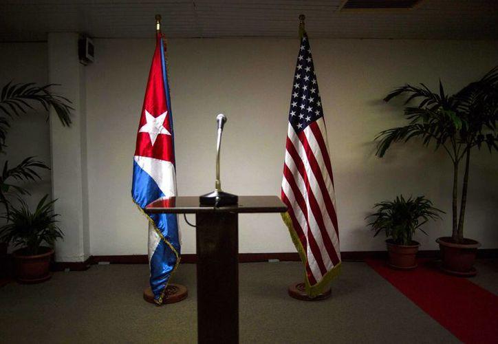 Una bandera cubana y otra estadounidense se observan en un sitio para una rueda de prensa tras una de las conversaciones entre ambos países en La Habana, Cuba. (Agencias)
