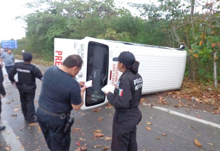La combinación de lluvia y velocidad provocó aparatoso accidente vial la tarde de este sábado. (Manuel Pool/SIPSE)