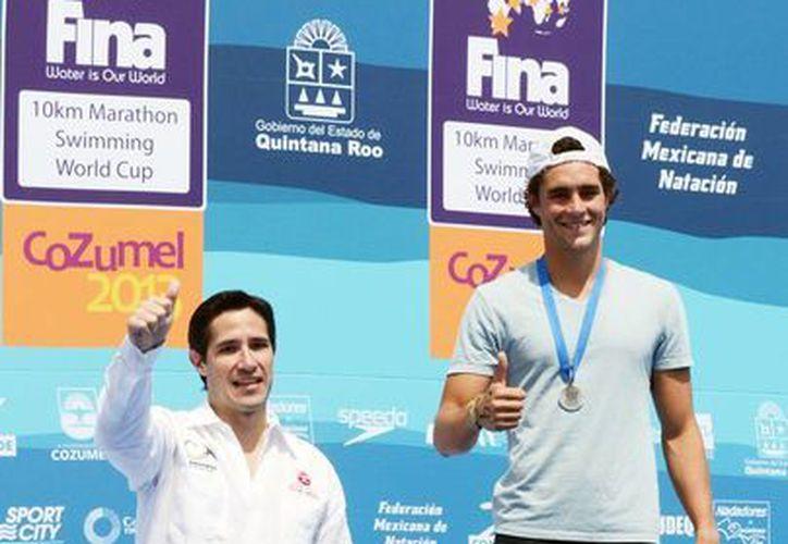 En el mundial de nado el alcalde se encargó de colocar las medallas a los competidores ganadores. (Cortesía/SIPSE)