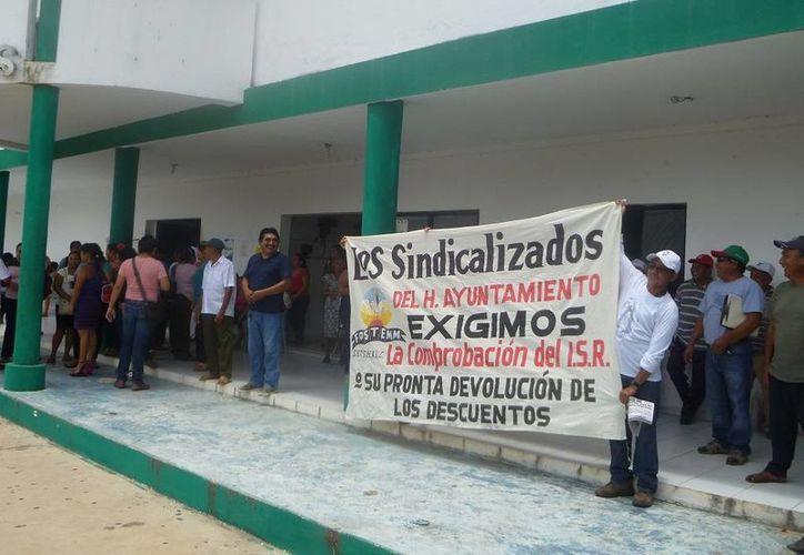 Los sindicalizados realizaron un plantón en frente del Palacio Municipal. (Raúl Balam/SIPSE)