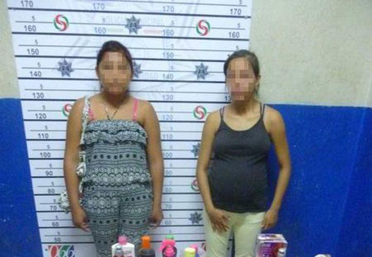 Dos jovencitas fueron detenidas cuando intentaban salir de un comercio con 27 productos sin pagarlos.  (Redacción/SIPSE)