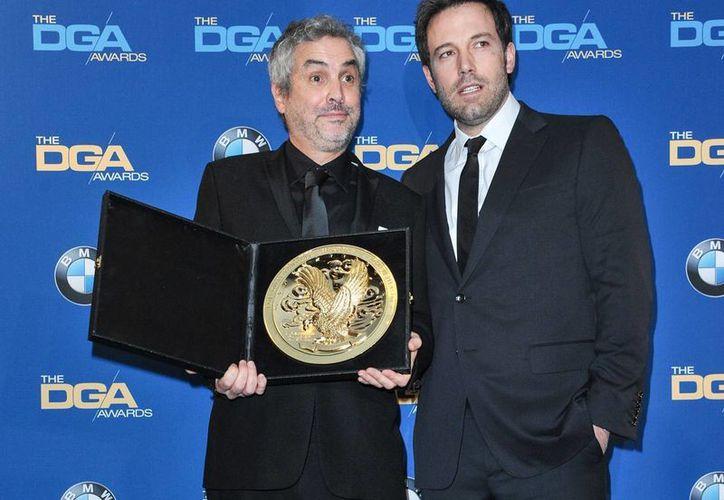 Alfonso Cuarón (izquierda) posa con su premio al lado del presentador de la noche Ben Affleck (derecha). (Agencias)