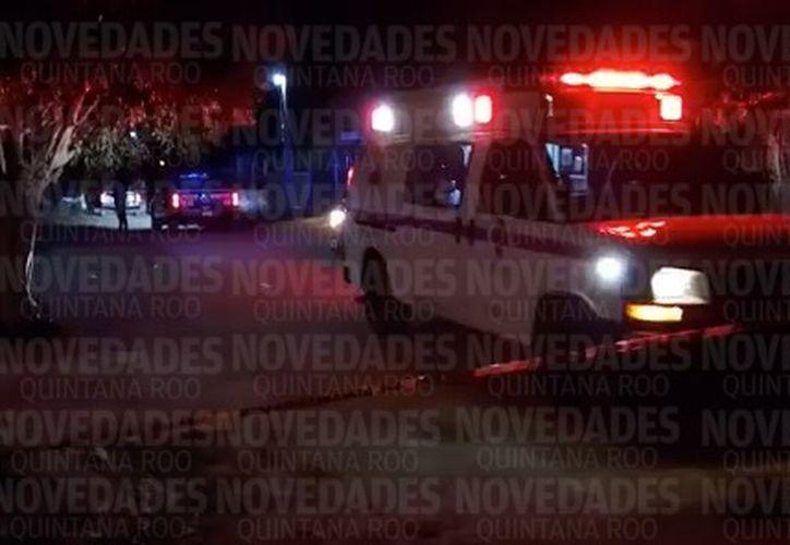 Paramédicos de la Cruz Roja trasladaron a la víctima al hospital para su valoración. (Foto: Erick Galindo/SIPSE)