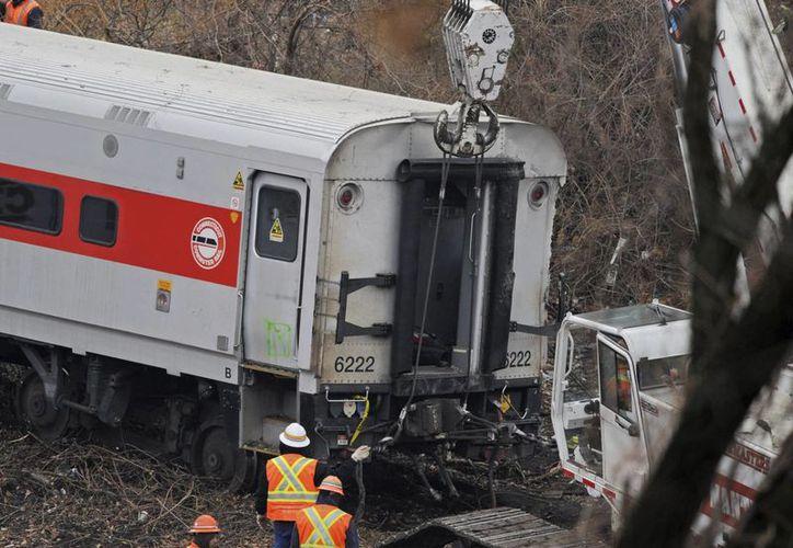 Primeros informes indican que el tren corría a 132 km/h, cuando el máximo en la zona es de 46. (EFE)