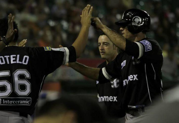 Guerreros festeja uno de sus ataques de anoche con los cuales vapulearon a los Leones, 9x2. (Milenio Novedades)
