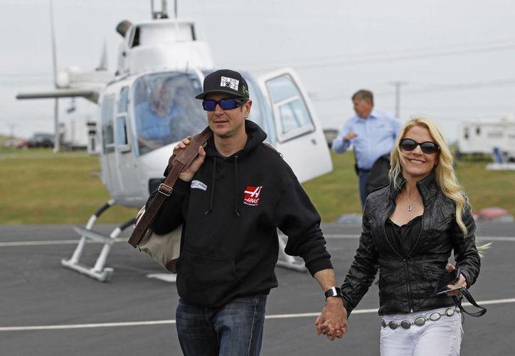 Kurt Busch con su entonces novia Patricia Driscoll, al arribar a la carrera de Nascar en Concord, N.C. (Foto de archivo de AP)