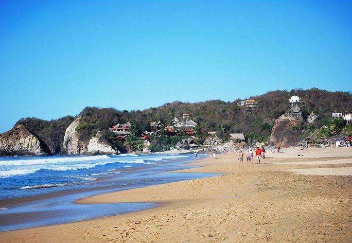 La playa de Zipolite es mundialmente conocida por permitir el nudismo y el consumo de marihuana. (mexplora.com)