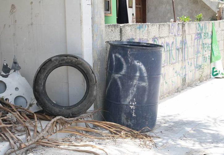 En diversos puntos de la ciudad hay neumáticos abandonados. (Julián Miranda/SIPSE)