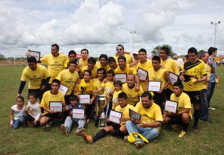Los campeones de Minis 2000 posan con el trofeo. (Milenio Novedades)