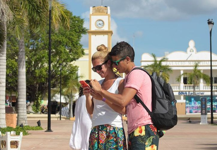 Instagram, Twitter y Facebook representan los principales centros de información para los turistas. (Gustavo Villegas/SIPSE)