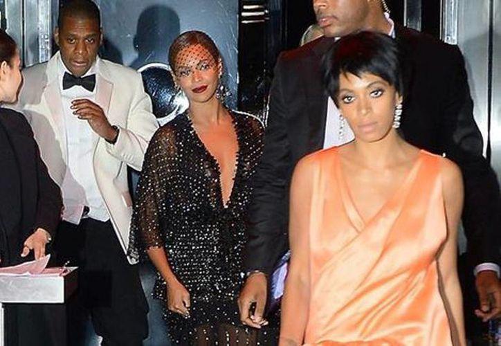Jay-Z, Beyoncé y Solange a su salida del MET en Nueva York. (Milenio)