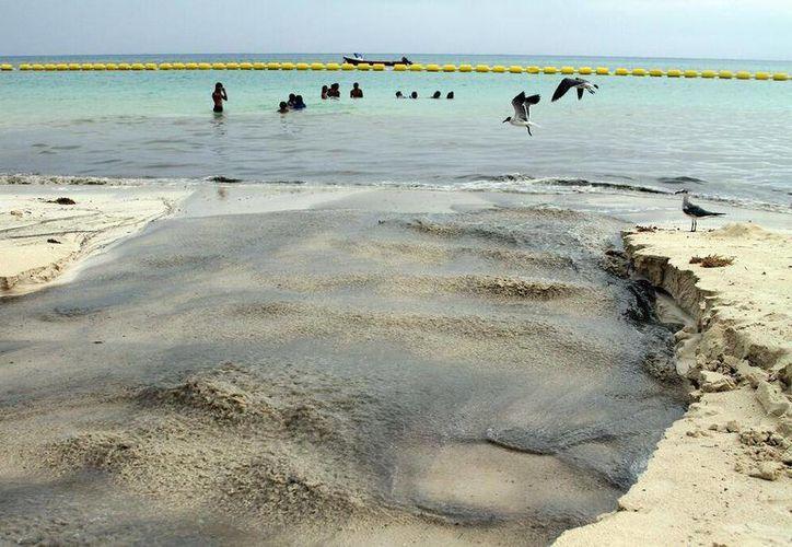 El viernes pasado uno de los cárcamos de CAPA expulsó aguas negras que fueron a dar a la playa.  (Adrián Monroy/SIPSE)
