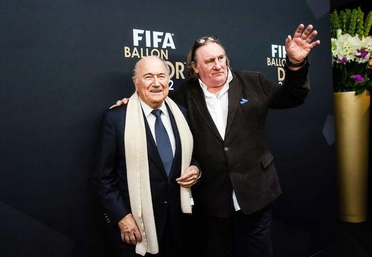 Joseph Blatter con el actor francés Gerard Depardieu en la ceremonia de entrega del Balón de Oro. (Notimex/Foto de archivo)