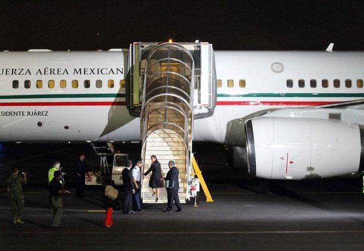Imagen de la secretaria de Relaciones Exteriores, Claudia Ruiz Massieu al abordar el avión presidencial.  La aeronave salió de El Cairo, Egipto rumbo a México con los familiares de los fallecidos y los heridos. (Archivo/Notimex)