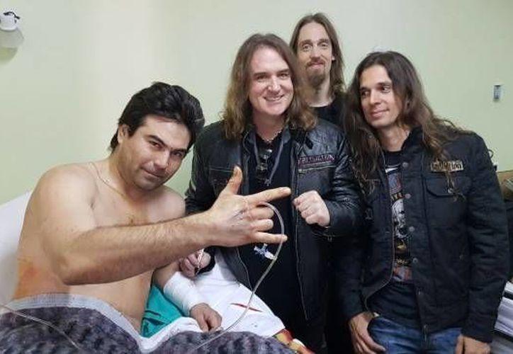 Mustaine junto a los demás integrantes de la banda acudieron a visitar al fan que salió lesionado del concierto.(Foto tomada de Twitter/Dave Mustaine)