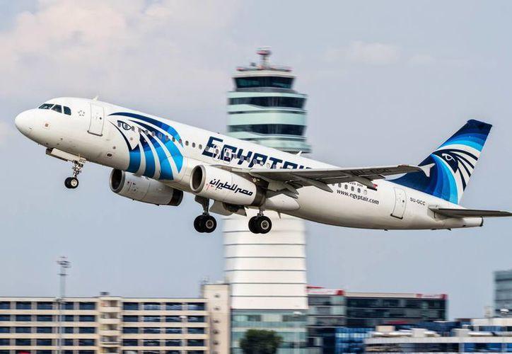 En una de las islas griegas se avistó una explosión en el cielo que pudo ser el avión de EgyptAir, aunque todavía no se confirma ninguna hipótesos. (AP)
