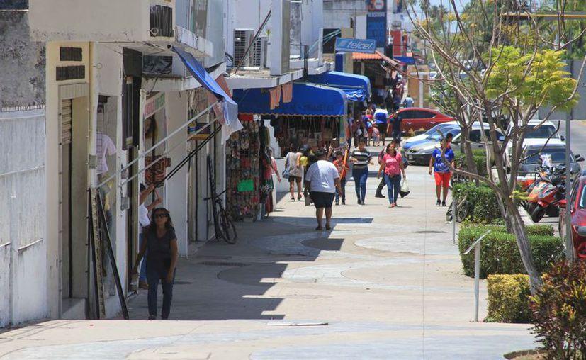 Los comerciantes del centro de la ciudad temen a los posibles saqueos. (Daniel Tejada/SIPSE)