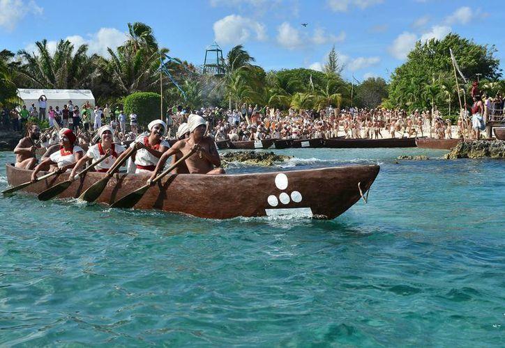 Las canoas se movieron una a una para emprender el viaje de regreso. (Gustavo Villegas/SIPSE)