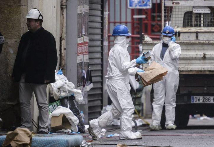 La policía forense trabaja en la calle Corbillon en Saint Denis a las afueras de París (Francia) durante la redada antiterrorista llevada a cabo tras los atentados yihadistas de París. (EFE)
