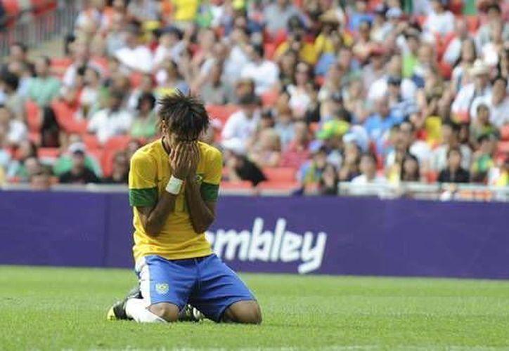 Neymar no ha podido brillar con la 'verde amarela' y tampoco con el Santos. (Foto: Agencias)