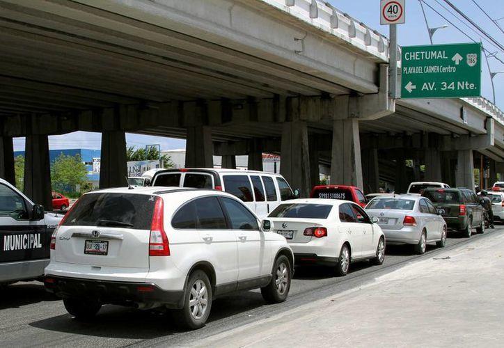 Ayer iniciaron las labores de mantenimiento en los puentes del bulevar Playa del Carmen, lo que provocó que por momentos el tránsito de vehículos se congestionara.  (Adrián Monroy/SIPSE)