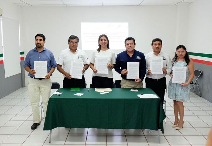En la firma del convenio estuvieron la delegada Marybel Villegas Canché y los directores de los Tecnológicos. (Foto: Redacción / SIPSE)