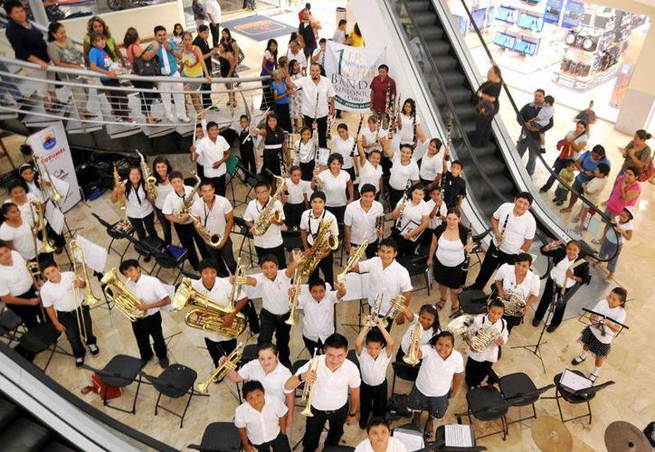 La banda sinfónica durante su presentación. (Cortesía/SIPSE)