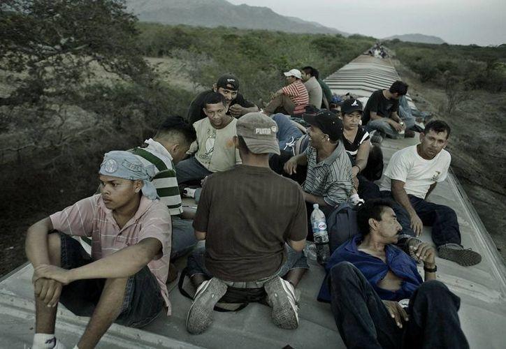 Entre 100 y 300 migrantes no tienen a donde llegar en Tultitlán, por lo que permanecen en las calles aldedañas a la Casa del Migrante. (laorquesta.mx)