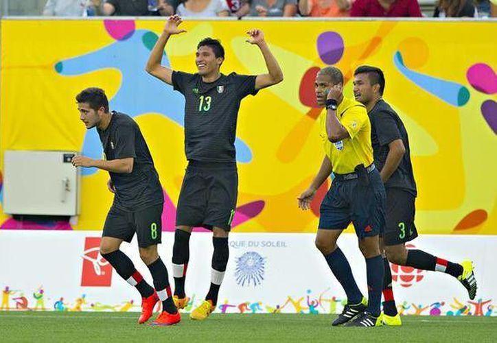 El defensa central mexicano Jordan Silva anotó el único gol con el que México ganó 1-0 a Uruguay en su segundo partido en la fase de grupos del futbol soccer en Juegos Panamericanos. En la foto, Silva celebrando el gol. (@CONADE)