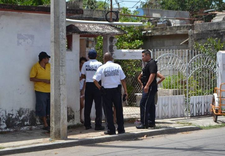 Elementos de Policía Municipal Preventiva llegaron a la colonia Adolfo López Mateos a verificar el hecho de extorsión. (Redacción/SIPSE)