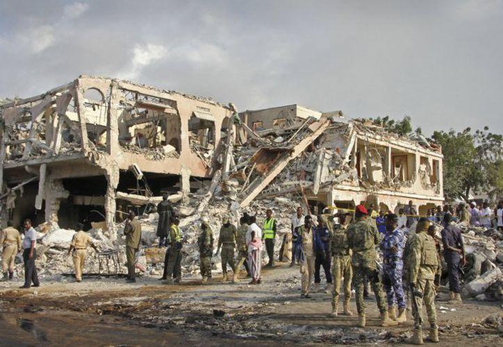 La cifra de muertos por la masiva explosión de un camión en la capital de Somalia aumentó a 231.  (AP).