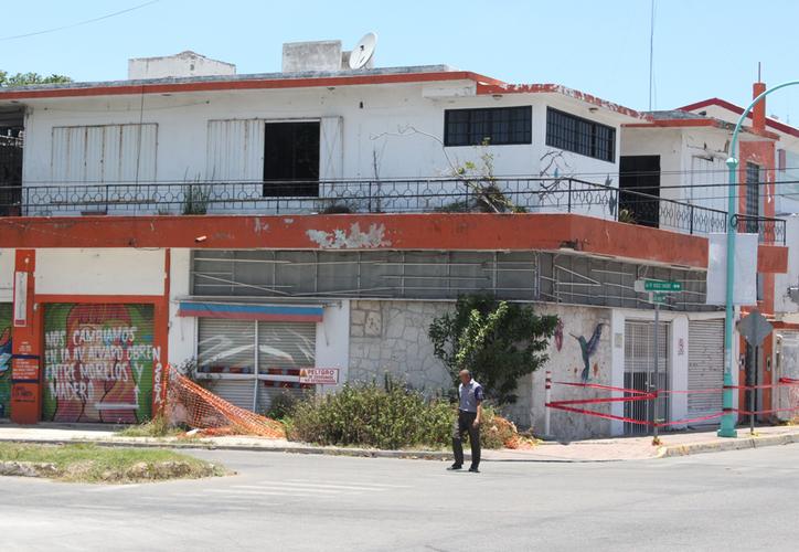 A cinco metros del actual socavón, en la esquina de Francisco I. Madero y Álvaro Obregón, está el edificio que desde finales del 2016 está en riesgo de caer a causa de otro socavón. (Ángel Castilla/SIPSE)
