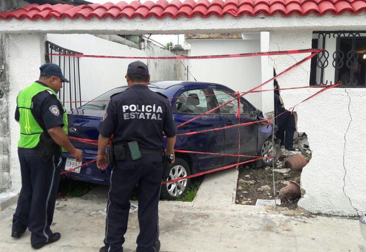 Policías resguardaron la zona a la espera de los dueños, que al momento del accidente no se encontraban en la casa. (Foto: Redacción/SIPSE)