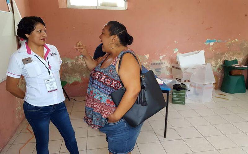 Los observadores, al pendiente en las casillas durante la jornada electoral. (Daniel Sandoval)