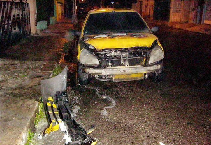 El automóvil quedó quemado casi en su totalidad. (Milenio Novedades)