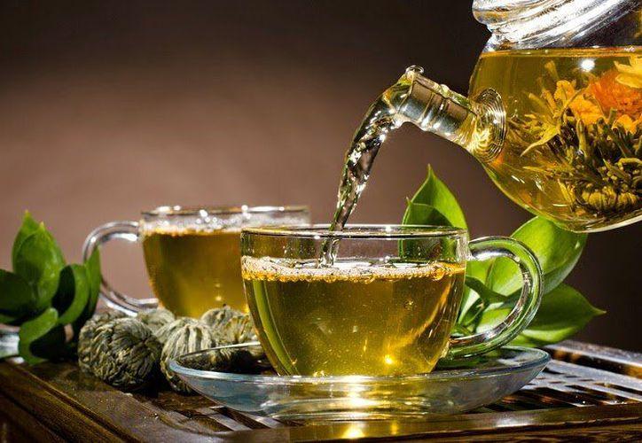 Las hojas del té verde, tienen la capacidad de reducir las placas amiloides en el cerebro de los pacientes con derrames. (Internet)