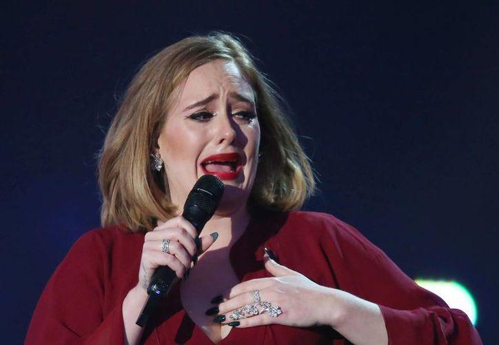 Adele se defendió de fuerte forma de las críticas a su talento, esto durante un concierto. (Archivo)
