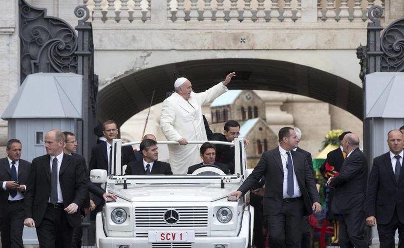El Papa Francisco saluda a su llegada a la audiencia general de los miércoles en la plaza de San Pedro del Vaticano. (EFE)