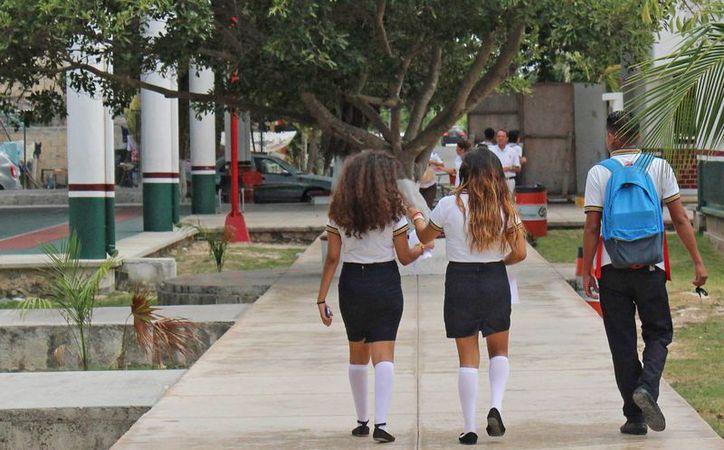 """A los alumnos se les entregan los apoyos denominados """"Económicas"""" y """"Excelencia"""". (Jesús Tijerina/SIPSE)"""