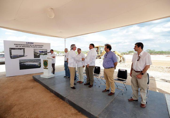 """Directivos de la empresa germana """"Leoni"""" y autoridades locales, ayer al anunciar la construcción de la nueva planta. (SIPSE)"""