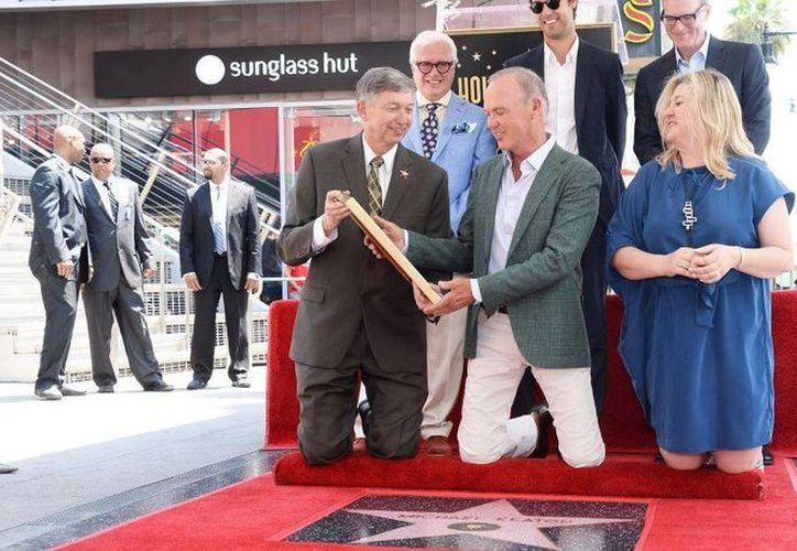 Más vale tarde que nunca. Michael Keaton develó su estrella en el Paseo de la Fama de Hollywood. (laprensa.peru.com)