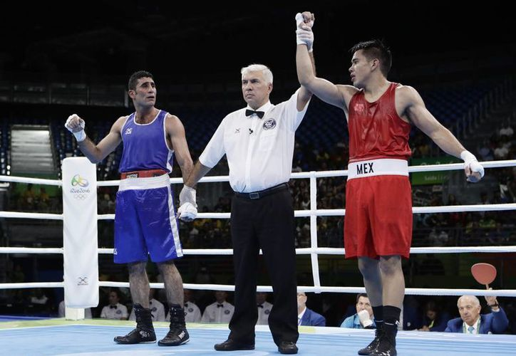 Misael Rodríguez venció con facilidad a su rival egipcio en los cuartos de final y avanzó asegurando la medalla de bronce. (Frank Franklin II/AP)